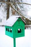 Alimentador metálico de los pájaros en invierno Foto de archivo libre de regalías