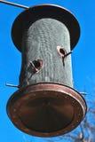 Alimentador redondo del pájaro de la malla de alambre y del metal con las pequeñas percas Imagen de archivo