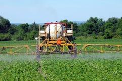 Alimentador spaying el pesticida imagen de archivo