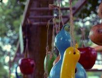 Alimentadores coloridos caseiros do pássaro da polpa Fotografia de Stock Royalty Free