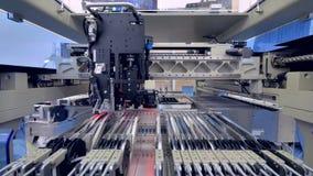 Alimentadores da máquina de SMT completamente de tiras componentes Produção da placa de circuito vídeos de arquivo