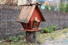 Alimentadores de madera de los pájaros Imagen de archivo