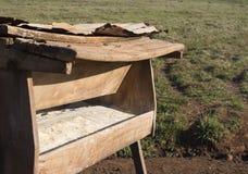 Alimentadores do gado na exploração agrícola Imagem de Stock