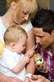 alimentando um bebê Fotografia de Stock Royalty Free