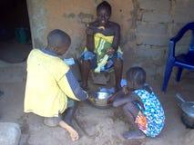 Alimentandosi nel villaggio in Guinea-Bissau Bafata Africa Immagini Stock Libere da Diritti