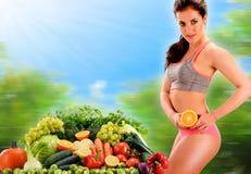 Alimentation équilibrée basée sur les légumes et les fruits organiques crus images libres de droits