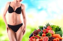 Alimentation équilibrée basée sur les légumes et les fruits organiques crus image stock