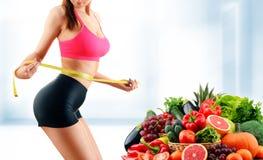 Alimentation équilibrée basée sur les légumes et les fruits organiques crus image libre de droits