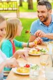 Alimentation avec de la salade fraîche Image libre de droits
