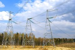Alimentation d'énergie en entreprises d'usine Lignes électriques à haute tension et un ciel bleu avec des nuages images stock