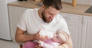 Alimentation d'homme nouveau-née avec la formule dans une bouteille banque de vidéos