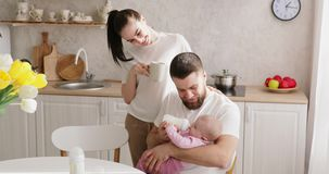 Alimentation de parents nouveau-née avec la formule dans une bouteille clips vidéos