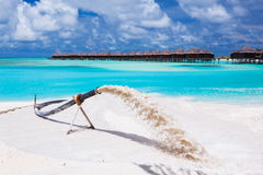 Alimentation de plage pour substituer le sable érodé par des ondes photographie stock libre de droits