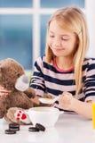 Alimentation de son ami de jouet. Images libres de droits