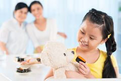 Alimentation de son ours de nounours image stock