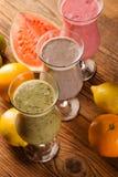 Alimentation saine, secousses de protéine et fruits Photos stock
