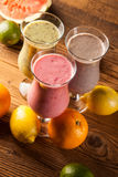 Alimentation saine, secousses de protéine et fruits Photographie stock