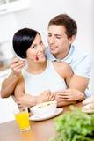 Alimentations et étreintes de mâle son amie Photos libres de droits