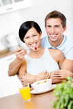 Alimentations et étreintes de mâle son amie Photos stock