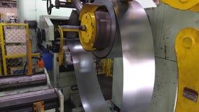 Alimentatore d'acciaio della bobina video d archivio