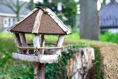 Alimentatore dell'uccello fatto dei ramoscelli immagine stock libera da diritti