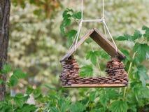 Alimentatore dell'uccello su un albero fotografie stock