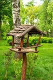 Alimentatore di legno dell'uccello nel parco di estate immagini stock