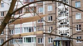 Alimentatore di legno dell'uccello nella fine di inverno su immagine stock