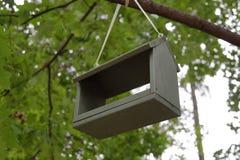 Alimentatore per gli uccelli nel parco immagine stock