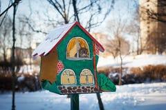 Alimentatori dell'uccello casa sull'albero dipinta per gli uccelli, appartamento allegro Immagine Stock Libera da Diritti