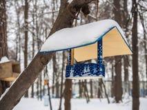 Alimentatori per gli uccelli nel parco per alimentare gli uccelli Fotografia Stock