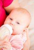 Alimentazione artificiale dei bambini. Immagini Stock Libere da Diritti