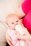 Alimentazione artificiale dei bambini. Fotografia Stock