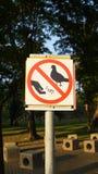 Alimentazione del ` t di Don gli uccelli, segnale stradale Immagine Stock Libera da Diritti