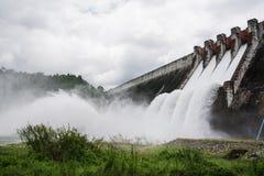 Alimentazione dell'acqua della diga fotografie stock