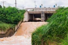 Alimentazione dell'acqua della diga Fotografia Stock