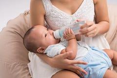 Alimentazione dell'un figlio di mese Immagine Stock Libera da Diritti