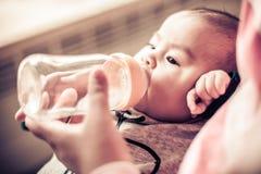Alimentazione della madre neonata Fotografie Stock Libere da Diritti