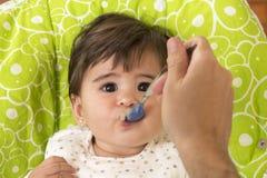 Alimentazione della neonata adorabile sveglia Fotografie Stock