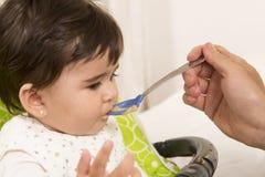 Alimentazione della neonata adorabile sveglia Fotografie Stock Libere da Diritti