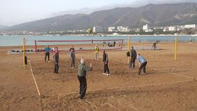 Alimentazione della palla del movimento lento, pallavolo sulla spiaggia video d archivio
