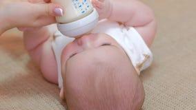 Alimentazione di maternità del bambino di dovere di cura parentale sana immagini stock
