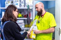 Alimentazione di vendita veterinaria dell'animale domestico ad un cliente fotografia stock libera da diritti
