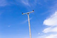 Alimentazione elettrica ad alta tensione concreta contro cielo blu Immagini Stock