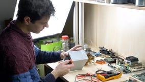 Alimentazione elettrica di riparazione per il computer archivi video