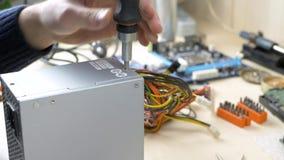Alimentazione elettrica di riparazione per il computer stock footage
