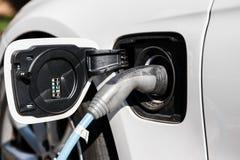 Alimentazione elettrica per il carico dell'automobile elettrica Chiuda su dell'alimentazione elettrica inserita un incavo dell'au immagine stock