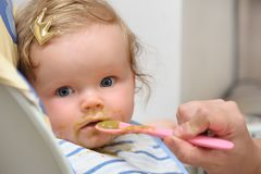 Alimentazione su della neonata sveglia piccola Immagini Stock