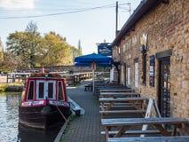 Alimente Bruerne Reino Unido el 31 de octubre de 2018: barcos amarrados en el río del canal al lado del pub y del restaurante del foto de archivo libre de regalías