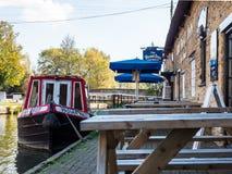 Alimente Bruerne Reino Unido el 31 de octubre de 2018: barcos amarrados en el río del canal al lado del pub y del restaurante del fotografía de archivo libre de regalías